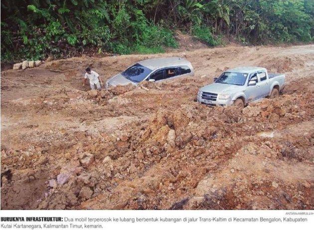 Kondisi jalan seperti ini yang bikin rakyat miskin karena susah diakses oleh kendaraan. image credits : naumuri.blogspot.com