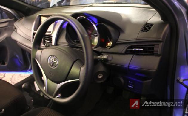 Toyota Yaris 2014 dashboard