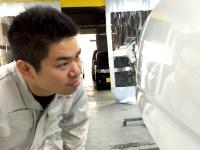 堺市中区で車販売・板金塗装・車検を提供するAUTOSHOPSYAKSの板金・塗装職人 浅尾