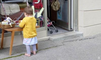 Kleines Mädchen in gelbem Pulli