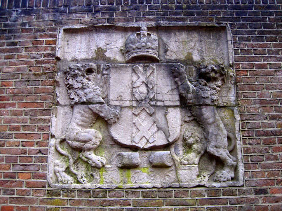 This stone with the symbol of Amsterdam dates from 1596. Cool right? READ MORE ABOUT GEVELSTENEN IN AMSTERDAM...