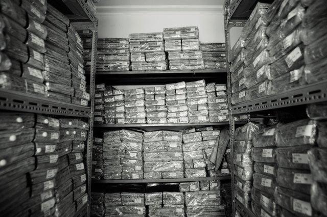 Bertumpuk-tumpuk koran dalam bungkusan plastik dengan kapur barus di dalamnya. Foto: Erlin Goentoro