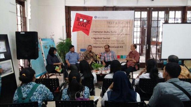 Pembukaan Text & the City: Diskusi tentang Surabaya, sejarah dan masa depannya, bersama Dhahana Adi, Oei Hiem Hwie, Dukut Widodo, dan Johan Silas. Foto: Erlin Goentoro