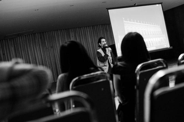 Slamet Abdul Sjukur dalam diskusi Pertemuan Musik Surabaya, mengenai Alexander Markov: 24 Capriccio Paganini, 5 Mei 2014. Foto: Erlin Goentoro