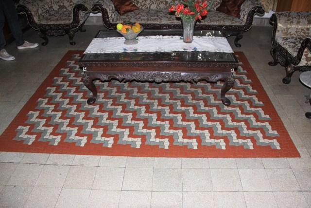 Lantai ruangan disusun seperti mozaik yang jika dilihat dari jauh menyerupai karpet.