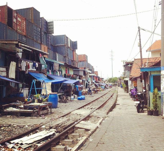 Perkampungan di bekas rel kereta api Tanjung Perak. Foto: Anitha Silvia