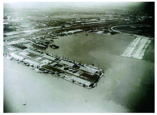 Foto udara Pelabuhan Perak di tahun 1925.Dermaga dan area di barat muara Kali Mas tampak penuh dengan gudang dan fasilitas bongkar muat serta rel kereta api. Di kanan tampak Holland Pier yang baru dibangun. Dermaga ini sekarang bernama Dermaga Berlian.