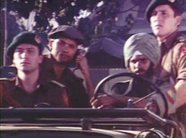 Para figuran yang memerankan Tentara Sekutu. Sopir jeep berwajah India di depan kanan adalah warga keturunan India di Surabaya yang ikut menjadi figuran.