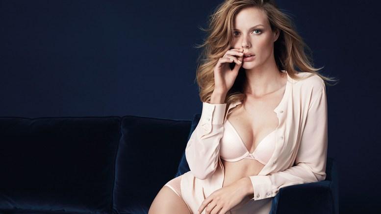 Attraktive junge Frau in Unterwäsche