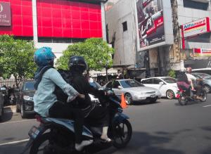 家族とともにバイクに乗るインドネシアファミリー