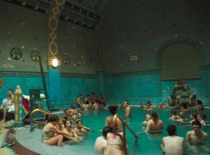 なんとも豪華な内装の温泉 (筆者撮影)