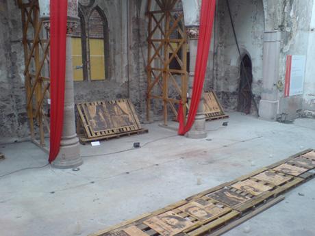 El arreglo y distribución de las piezas fue definido por el artista