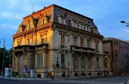 An old mansion lies neglected in the central city. �