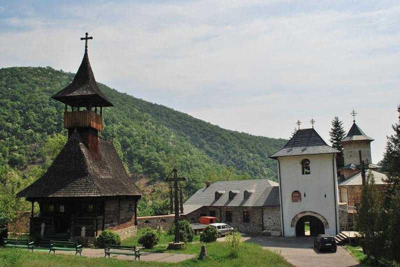 hramul-bisericii-de-lemn-a-manastirii
