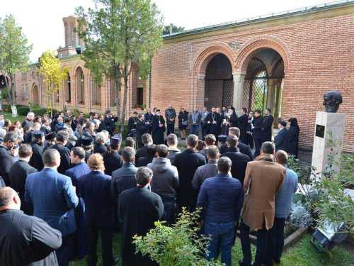 eveniment-cultural-la-targoviste-a-fost-dezvelit-bustul-ieromonahului-macarie-de-la-manastirea-dealu