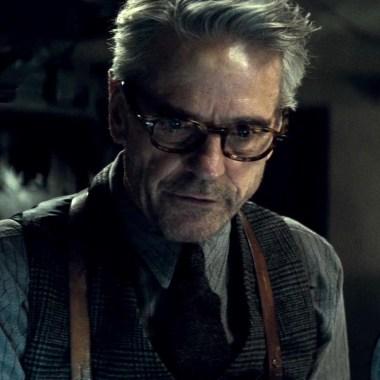 Jeremy Irons praises Ben Affleck and Zack Snyder's work on 'Batman v Superman' (video)