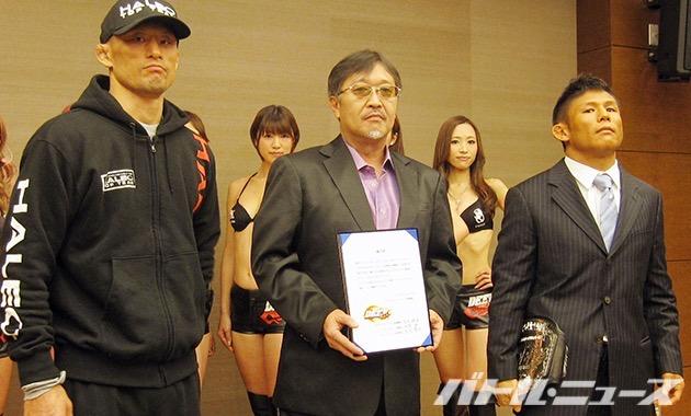 ライト級タイトルマッチの調印式を行った北岡悟と吉田善行