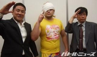 巌流島で2勝目を挙げた岡倫之とセコンドについた永田裕志とブシロード木谷社長