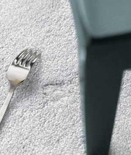 Примятые мебелью участки на ковре можно вернуть в прежнее состояние, «причесав» их вилкой.