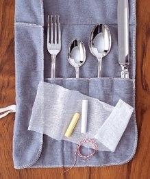 Мел поможет уберечь столовые приборы от потускнения. Оберните кусочек абсорбирующего влагу мела марлей и положите в коробку, где храните столовое серебро.