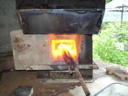 """При пробном разогреве специально добавил больше воздуха, чтобы убедиться, что горячие """"выхлопные"""" газы затягивает под кожух рекуператора."""