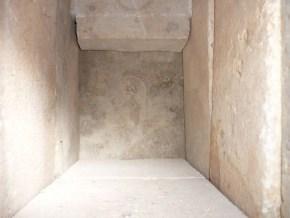 Задняя стенка съёмная, для работы с длиномером.