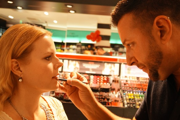 Koncentration - makeup-artist in action
