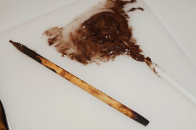 Träpinnen applicerar jag färgen med och formar brynet
