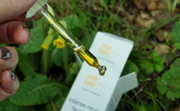 Glaspipetten med några droppar olja i din kräm gör susen under natten.