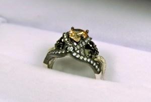 jeulia skull ring close up in box1