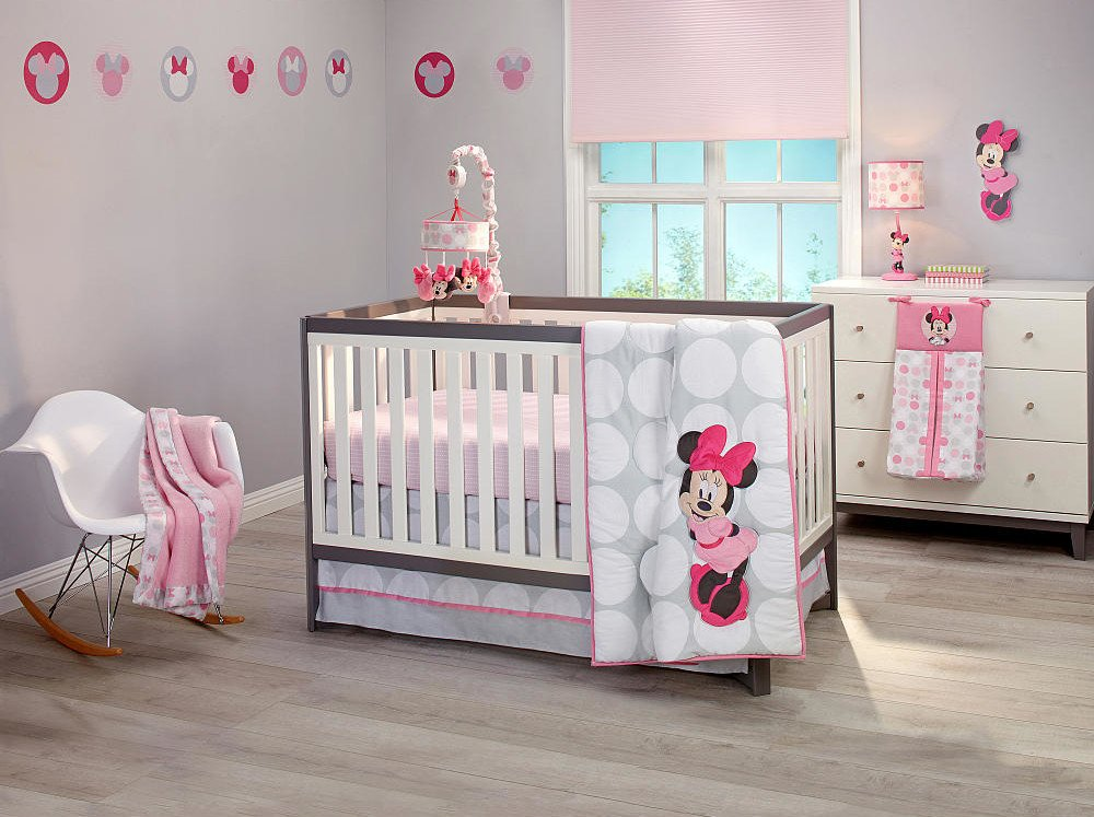 Complete the look of your Minnie Mouse nursery with the Disney Minnie Mouse Ceiling Mobile. Featuring Minnie's iconic face, this playful mobile spins sweetly between 2 pink flowers and will add a magical touch to your baby's sleep space.