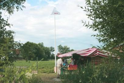 der Erdbeerwagen steht diese Jahr direkt an der Würm