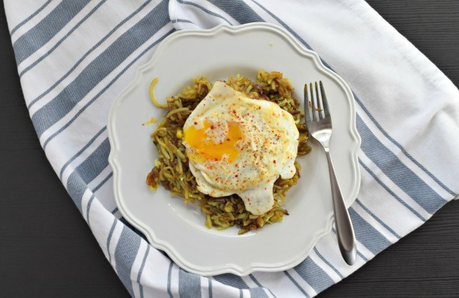 Spiralized Hash Browns Breakfast | Spiralizing your potatoes makes it so much easier to make hash browns from scratch! These spiralized hash browns are delicious when topped with a runny egg. [gluten free, vegetarian recipe]