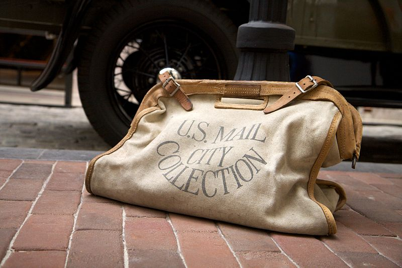 800px-Vintage_mail_bag_at_the_Postal_Museum