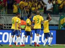 Brazil's Douglas Costa (C) celebrates with teammates after scoring against Peru during their Russia 2018 FIFA World Cup South American Qualifiers football match, in Salvador de Bahia, on November 17, 2015.    AFP PHOTO / FELIPE OLIVEIRA
