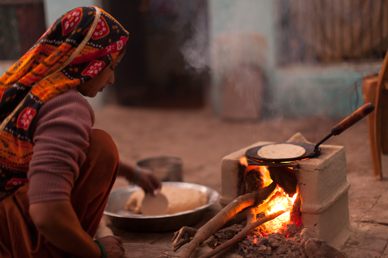 A Haryana woman preparing and cooking chapathi using a traditional cookstove. Credit: Ajay Pillarisetti.