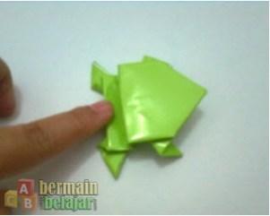 membuat origami kodok lompat