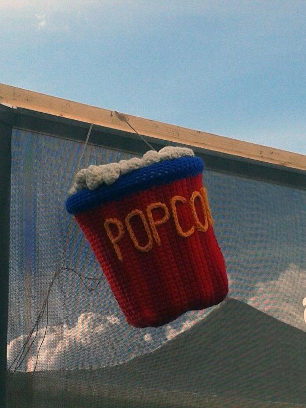 Gestrickte Popcorn-Tüte auf Festivalgelände in Oslo