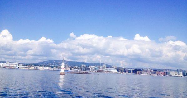 Leuchtturm und Stadtansicht vom Boot auf dem Oslofjord