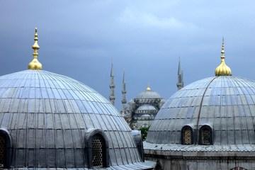Blick aus dem Fenster der Hagia Sophia über die Türme hinweg zur Blauen Moschee in Istanbul