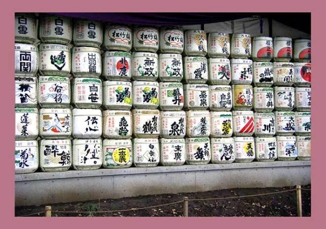 Bunte Reisweinfässer in Tokio