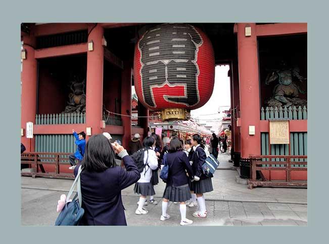 Große rote Laterne am Eingang zum Senjo-ji Tempel im Viertel Asakusa, Tokio