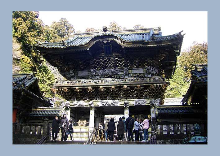 Yomeimon-Tor in Nikko bei Tokio im Sonnenlicht mit vielen Touristen
