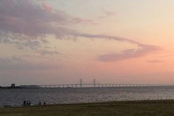 Abendrot über der Öresund Brücke in Malmö Västra Hamnen