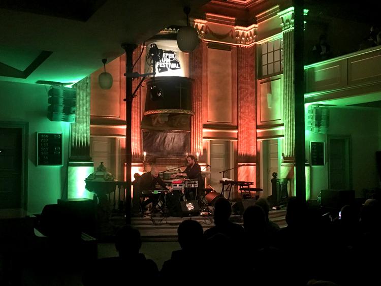 Loney Dear spielt in der St. Pauli Kirche auf dem reeperbahn Festival in Hamburg