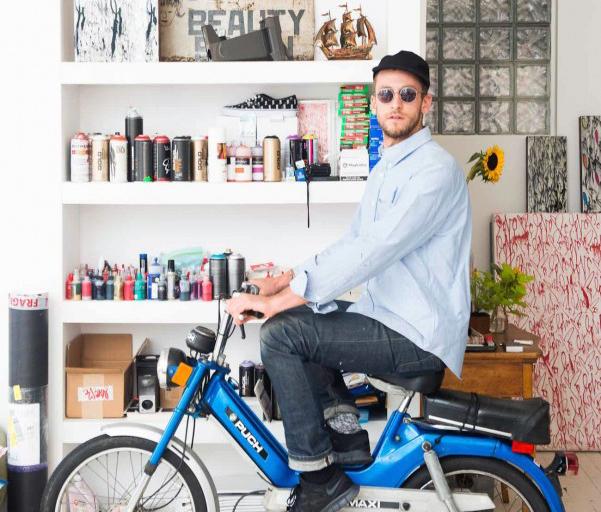 攝影師工作室亂中有個性,巔覆小物擺放-Curtis Kulig