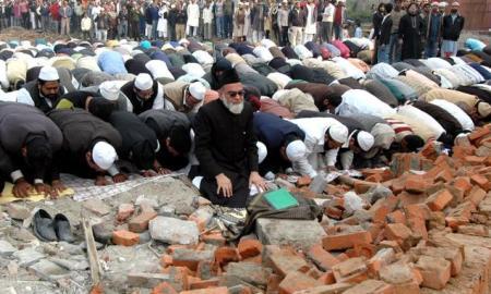 Shahi Imam Bukhari leading Friday prayer at the site of the demolished mosque (Courtesy: The Hindu)