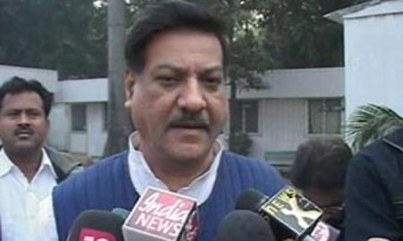 Maharashtra Chief Minister Prithviraj Chavan talking to journalists (file photo)