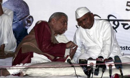 Shanti Bhushan with Anna Hazare (Courtesy: The Hindu)
