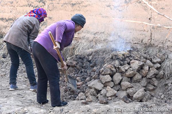 burning clay for tibetan bread, tibetan baking method